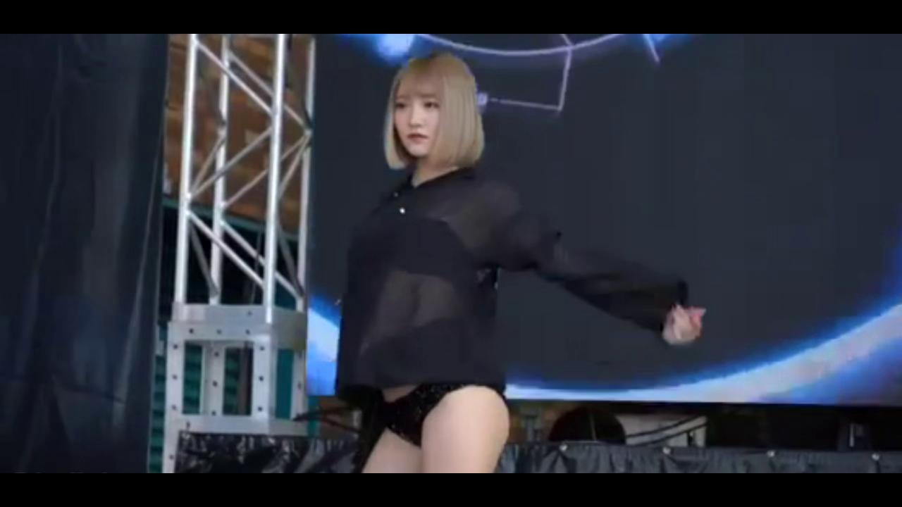 可愛いギャルのセクシーダンス
