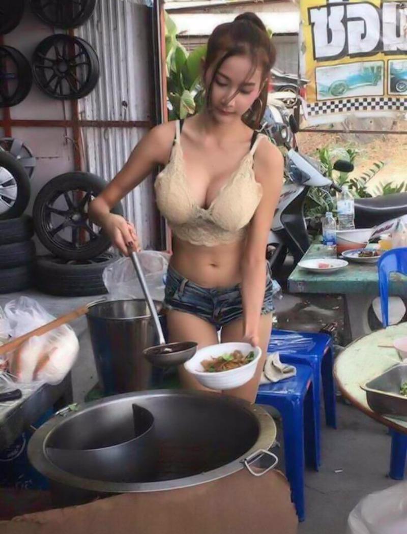 アジアの屋台で働く巨乳店員さん